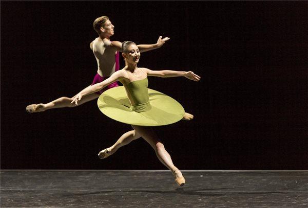A képhez tartozó alt jellemző üres; táncfeszt.jpg a fájlnév
