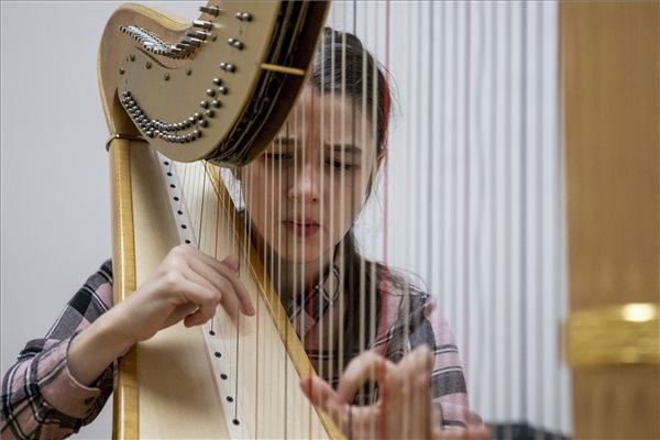 A képhez tartozó alt jellemző üres; Harfa.kult_.jpg a fájlnév