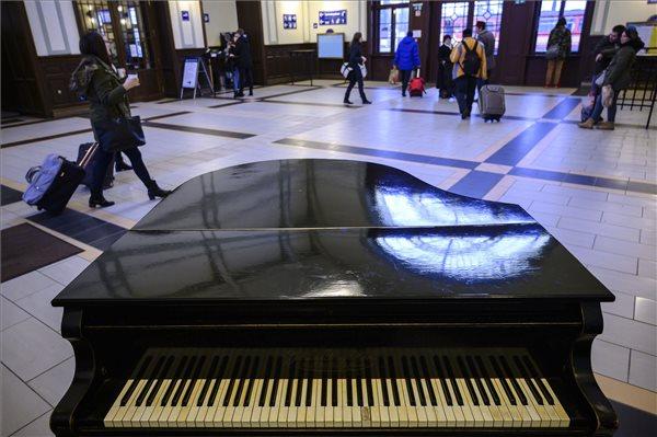 A képhez tartozó alt jellemző üres; zongorapecs.kult_.jpg a fájlnév